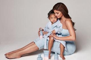 Kylie Jenner lancia una linea di prodotti per bambini: a 3 anni la figlia Stormi fa da testimonial