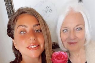 Lady Gaga presenta la madre Cynthia sui social: il tenero scatto insieme mentre le regala una rosa