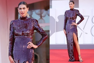 Melissa Satta in total paillettes a Venezia 2021: sfila sul red carpet con l'abito scintillante