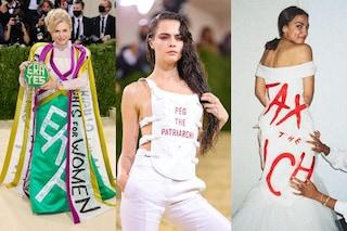 Al Met Gala sfilano abiti manifesto e slogan politici, dalla lotta al patriarcato ai diritti delle donne