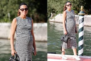 Paola Turani col pancione a Venezia 2021: perché è arrivata in Laguna senza trucco e con le sneakers