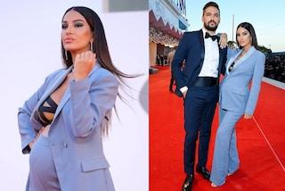 Venezia 2021, Rosa Perrotta incinta col tailleur: reinterpreta la moda mannish in versione premaman