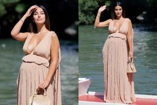 Rosa Perrotta a Venezia 2021 col pancione: celebra le forme della gravidanza con la maxi scollatura