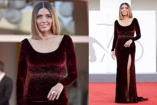 Serena Rossi a Venezia 2021 con l'abito di velluto: sul red carpet lancia il must-have dell'autunno