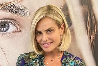 Simona Ventura cambia look: il nuovo taglio e colore di capelli per il Festival di Venezia 2021