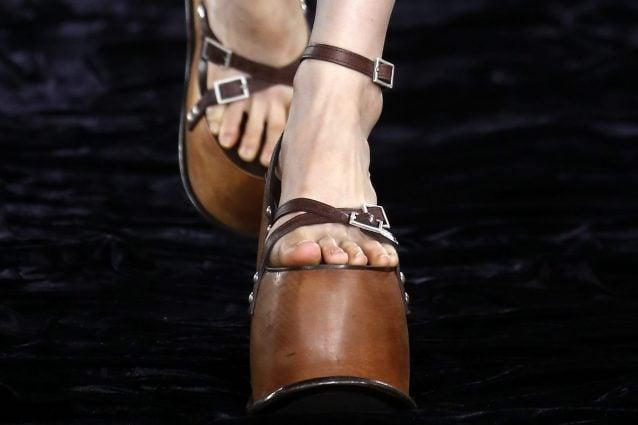 Le scarpe più strane viste alla Paris Fashion Week: maxi zeppe, tacchi a forma di rosa e supereroi