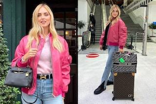 Chiara Ferragni a Londra, il look da viaggio con bomber fucsia e trolley griffato vale oltre 20mila euro