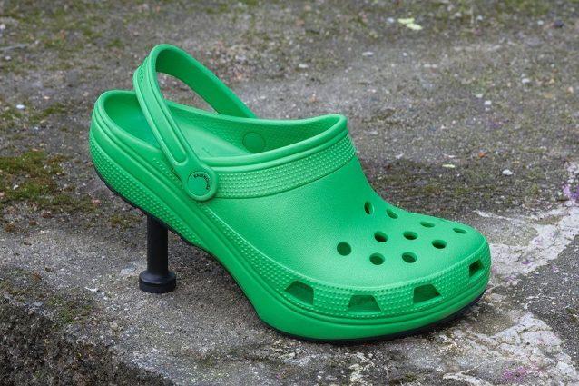 Le Crocs con il tacco a spillo di Balenciaga ora sono in vendita (e costano quasi 500 euro)