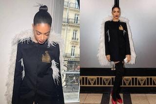 Elodie con le ali alle sfilate di Parigi: mantella di piume e capelli naturali per la Fashion Week