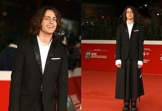Sangiovanni con la gonna e lo smalto al Roma Film Fest: il red carpet è (finalmente) genderless