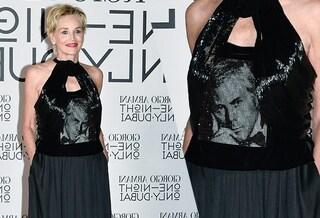 Sharon Stone è la fan numero uno di Giorgio Armani: sul top c'è la foto dello stilista da giovane