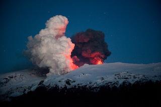 L'eruzione del vulcano islandese impone la chiusura degli aeroporti europei