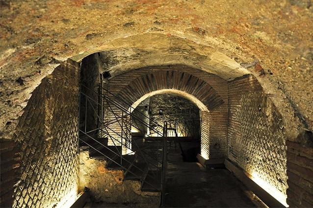 Proscenio del Teatro romano nel sottosuolo napoletano (foto di Armando Mancini).