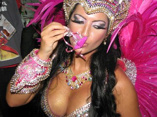 I costumi e le maschere del Carnevale di Rio, ieri e oggi