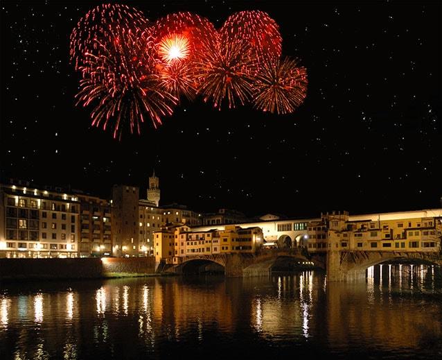 Firenze festeggia il nuovo anno dal Ponte Vecchio (Foto Iffile/Fotolia).