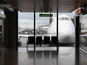 Aereo fermo su una pista di Heathrow, Londra.