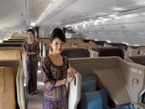 Hostess della Singapore Airlines in Business Class.