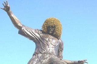 10 statue che rappresentano i campioni del calcio e di altri sport