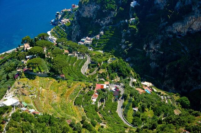 Vista dall'alto della Costiera Amalfitana nel comune di Ravello