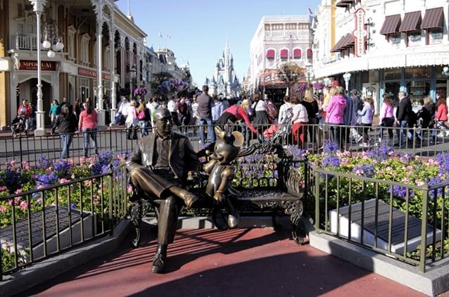 Statua di Walt Disney con Minnie (Foto @Ilaria Vangi/Fanpage.it).