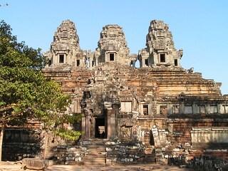 Si fotografano nudi nel tempio: turisti espulsi dalla Cambogia