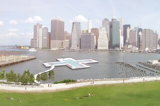 Galleggiare nella piscina galleggiante di New York