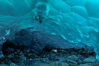 Grotte di ghiaccio in Alaska: la magia si tinge di blu