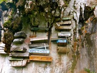 In Asia i morti salgono direttamente in cielo... con le loro bare