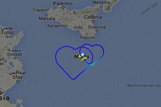Pilota Air Malta disegna due cuori con l'aereo: il singolare regalo di matrimonio