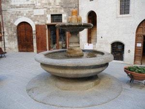 """La Fontana del Bergello a Gubbio, altrimenti detta """"Fontana dei matti""""."""