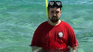 Tristezza in vacanza ai Caraibi: gli manca la moglie e si ritrae così