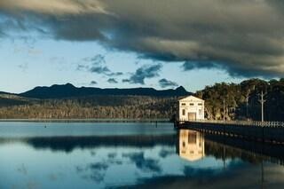 L'hotel sospeso sul lago più profondo d'Australia
