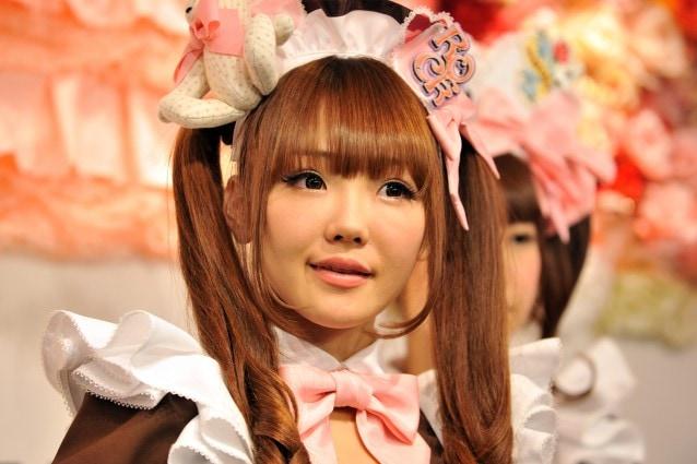 Hitomi, cameriera di un Maid Café ad Akihabra.