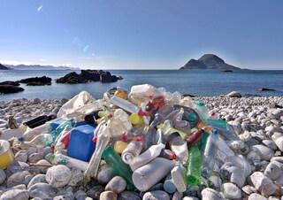 Spiagge inondate dai rifiuti: ecco i risultati dell'indagine di Legambiente