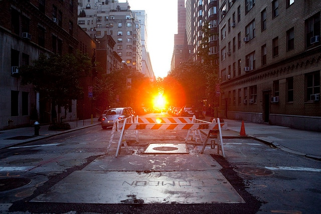 Il sole tramonta su New York durante il Manhattanhenge