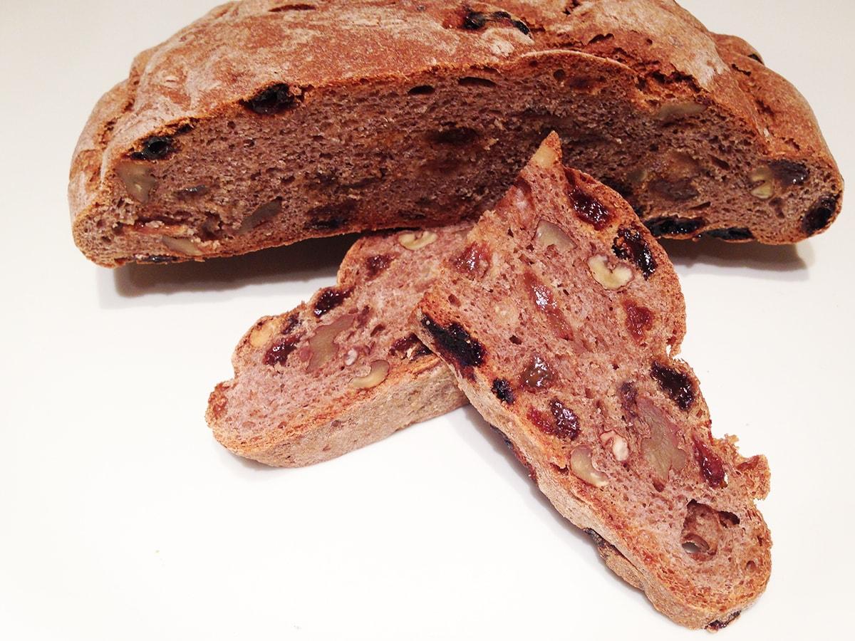 Pane nero di Coimo con uvetta e noci