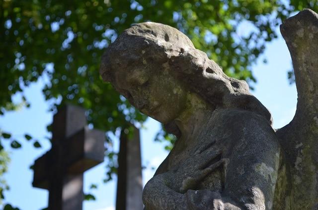 Una delle meravigliose sculture tombali del Brompton Cemetery (Foto @Fanpage.it/Giuseppe A. D'Angelo)