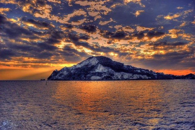 """Il Monte di Procida che """"protegge"""" Capo Miseno (Foto di Luca Langella)."""