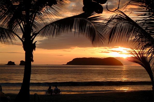 Tramonto dalla spiaggia del Manuel Antonio National Park in Costa Rica (Foto da Flickr).