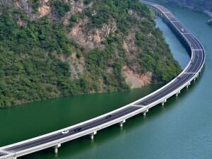 """""""The overwater highway"""", la strada sull'acqua in Cina."""