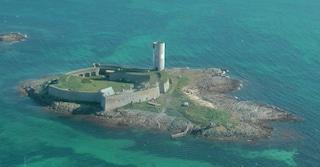La drogheria galleggiante tra le isole della Bretagna