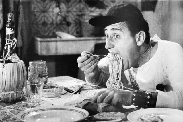 """Alberto Sordi in """"Un americano a Roma"""" quando a tavola torna ad essere italiano."""