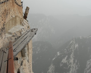 Il sentiero da brivido: scalare il monte su assi sospese nel vuoto