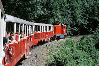 Altro che trenini, a Budapest i bambini giocano con un treno