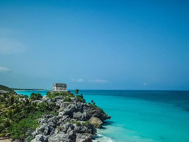 Tulum e il Mar dei Caraibi – Foto Wikimedia Commons