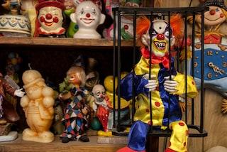 Pagliacci spettrali e cimiteri desolati: soggiorno da incubo nel Clown Motel