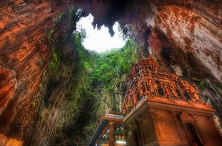 Malesia, il tempio costruito nella grotta sacra