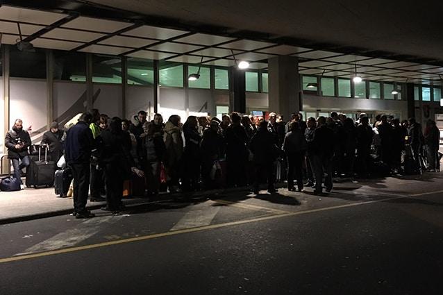 Passeggeri a Genova in attesa di un bus per Pisa (Foto @Ilaria Vangi/Fanpage.it).