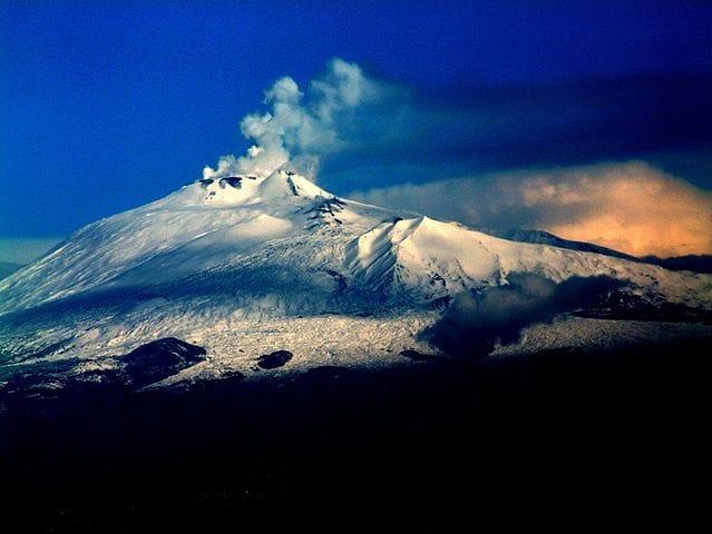 Neve e pennacchio sull'Etna (Foto di Josep Renalias).