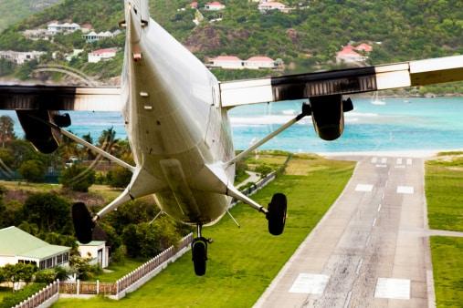 Un aeroplano sulla piccola pista di atterraggio di Saint Barth